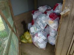小屋の隅に生ごみをまとめている例