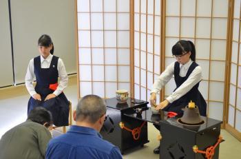 『呈茶「お茶を一服いかがですか―花火に寄せた茶会」の様子(2)』の画像